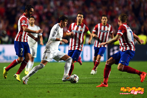 LISBON, PORTUGAL - MAY 24: Gareth Bale of Real Madrid tries to go through the Atletico defense during the UEFA Champions League Final between Real Madrid and Atletico de Madrid at Estadio da Luz on May 24, 2014 in Lisbon, Portugal. (Photo by Shaun Botterill/Getty Images)
