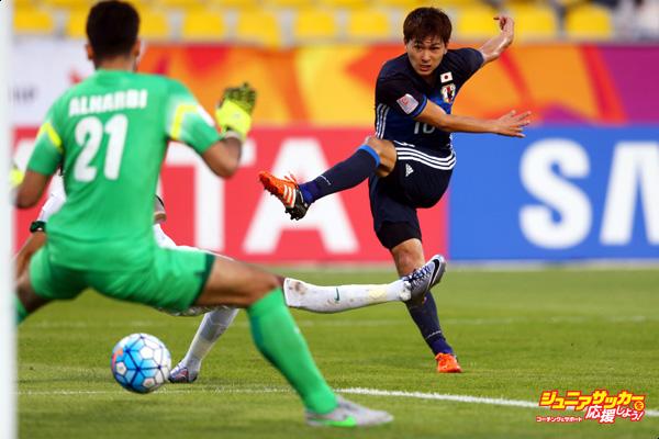 DOHA, QATAR - JANUARY 19:  Takumi Minamino of Japan shoots at goalkeeper Ahmad Alharbi of Saudi Arabia during the AFC U-23 Championship Group B match between Saudi Arabia and Japan at Suhaim Bin Hamad Stadium on January 19, 2016 in Doha, Qatar.  (Photo by Francois Nel/Getty Images)