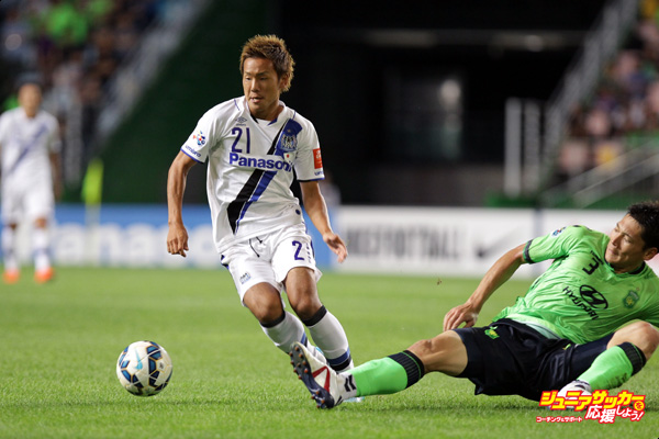 JEONJU, SOUTH KOREA - AUGUST 26:  Yosuke Ideguchi of Gamba Osaka compete for the ball with Kim Hyung-Il of Jeonbuk Hyundai Motors during the AFC Champions League quarter final match between Jeonbuk Hyundai Motors and Gamba Osaka at Jeonju World Cup Stadium on August 26, 2015 in Jeonju, South Korea.  (Photo by Chung Sung-Jun/Getty Images)