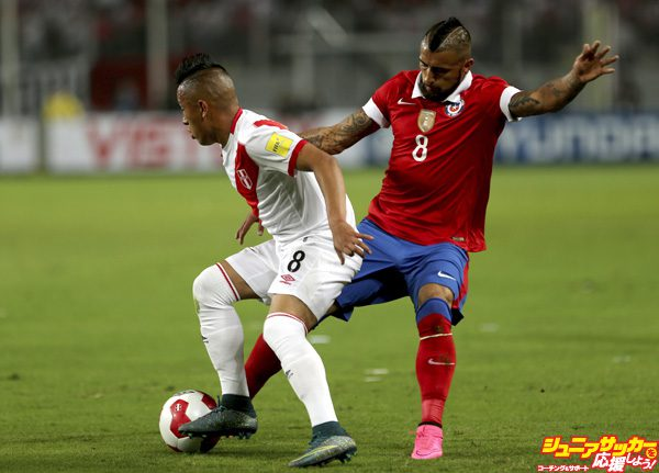 LIMA, PERU - OCTOBER 13:  Christian Cueva (L) of Peru struggles for the ball with Arturo Vidal (R) of Chile during a match between Peru and Chile as part of FIFA 2018 World Cup Qualifier at Nacional Stadium on October 13, 2015 in Lima, Peru. (Photo by Raul Sifuentes/LatinContent/Getty Images)