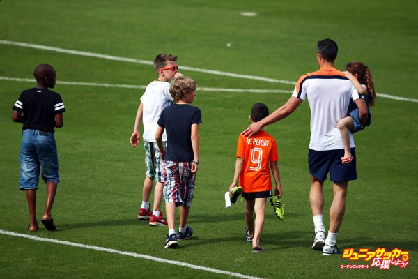 RIO DE JANEIRO, BRAZIL - JUNE 14:  Robin van Persie with his daughter, Dina Layla and son Shaqueel walks with children from other players including Dirk Kuyt during the Netherlands training session at the 2014 FIFA World Cup Brazil held at the Estadio Jose Bastos Padilha Gavea on June 14, 2014 in Rio de Janeiro, Brazil.  (Photo by Dean Mouhtaropoulos/Getty Images)