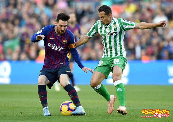 BARCELONA, SPAIN - NOVEMBER 11:  Lionel Messi of Barcelona battles for possession with Andres Guardado of Real Betis during the La Liga match between FC Barcelona and Real Betis Balompie at Camp Nou on November 11, 2018 in Barcelona, Spain.  (Photo by Alex Caparros/Getty Images)