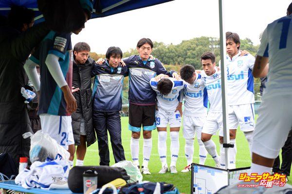 IWATA, JAPAN - OCTOBER 11:  (EDITORIAL USE ONLY) Masashi Nakayama of  Azul Claro Numazu joined the circle to fire themselves up before the kick off  during the JFL training match between the Azul Claro Numazu and Jubilo Iwata at Yamaha Okubo Ground on October 11, 2015 in Iwata, Japan.  (Photo by Kaz Photography/Getty Images)