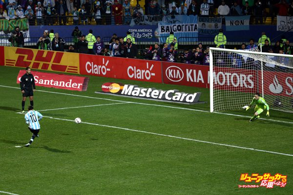 VI?A DEL MAR, CHILE - JUNE 26: Lionel Messi of Argentina takes the first penalty kick in the penalty shootout during the 2015 Copa America Chile quarter final match between Argentina and Colombia at Sausalito Stadium on June 26, 2015 in Vi?a del Mar, Chile. (Photo by Alex Reyes/LatinContent/Getty Images)