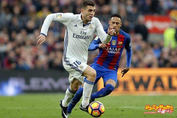 BARCELONA, SPAIN - DECEMBER 03: Mateo Kovacic of Real Madrid is chased by Neymar Junior FC Barcelona during the La Liga match between FC Barcelona and Real Madrid CF at Camp Nou on December 3, 2016 in Barcelona, Spain. (Photo by Angel Martinez/Real Madrid via Getty Images)