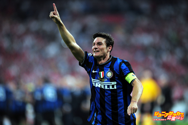 MADRID, SPAIN - MAY 22: Javier Zanetti of Inter Milan celebrates his team victory at the end of the UEFA Champions League Final match between FC Bayern Muenchen and Inter Milan at the Estadio Santiago Bernabeu on May 22, 2010 in Madrid, Spain. (Photo by Shaun Botterill/Getty Images)