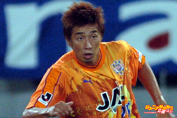 TOKYO, JAPAN - AUGUST 21:  (EDITORIAL USE ONLY) Daisuke Ichikawa of Shimizu S-Pulse and Ryoichi Kurisawa of FC Tokyo compete for the ball during the J.League Division 1 second stage match between FC Tokyo and Shimizu S-Pulse at Ajinomoto Stadium on August 21, 2004 in Tokyo, Japan.  (Photo by Etsuo Hara/Getty Images)