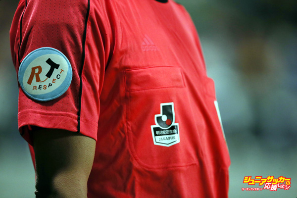 SUITA, JAPAN - APRIL 15: (EDITORIAL USE ONLY) The Respect and J.League logo on the shirt of the assistant referee during the J.League match between Gamba Osaka and Kashiwa Reysol at the Suita City Football Stadium on April 15, 2016 in Suita, Osaka, Japan. (Photo by Matthew Ashton - AMA/Getty Images)