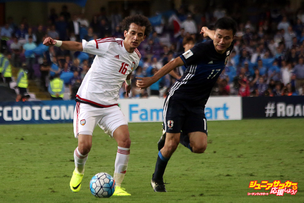AL AIN, UNITED ARAB EMIRATES - MARCH 23: Konno Yasuyuki (R) of Japan in action against Mohamed Alraqi (L) of United Arab Emirates during the 2018 FIFA World Cup Asian Qualifying group B football match between United Arab Emirates and Japan at the Hazza Bin Zayed Stadium in Al Ain, United Arab Emirates on March 23, 2017. (Photo by Mahmoud Khaled/Anadolu Agency/Getty Images)
