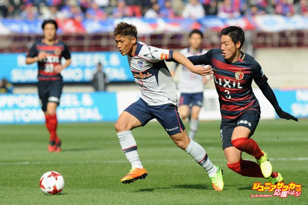 KASHIMA, JAPAN - FEBRUARY 25:  Yoshito Okubo of FC Tokyo and Gen Shoji of Kashima Antlers compete for the ball during the J.League J1 match between Kashima Antlers and FC Tokyo at Kashima Soccer Stadium on February 25, 2017 in Kashima, Ibaraki, Japan.  (Photo by Hiroki Watanabe - JL/Getty Images for DAZN)