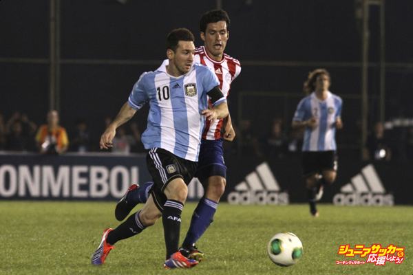 ASUNCION, PARAGUAY - SEPTEMBER 10: Cristian Riveros (R) of Paraguay fights for the ball with Lionel Messi (L) of Argentina  during the match between Paraguay and Argentina as part of the 16th round of the South American Qualifiers at Defensores del Chaco Stadium on September 10, 2013 in Asuncion, Paraguay. (Photo by Luis Vera/LatinContent/Getty Images)