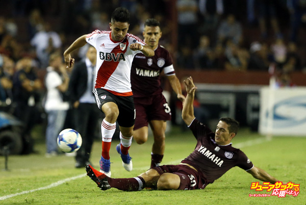 LANUS, ARGENTINA - MARCH 21:  Gonzalo Martinez of River Plate fights for the ball with Ivan Marcone of Lanus during a match between Lanus and River Plate as part of Torneo Primera Division 2016/17 at Ciudad de Lanus Stadium on March 21, 2017 in Lanus, Argentina. (Photo by Gabriel Rossi/LatinContent/Getty Images)