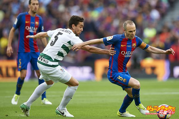 BARCELONA, SPAIN - MAY 21:  Andres Iniesta (R) of Barcelona competes for the ball with Gonzalo Escalante of Eibar during the La Liga match between FC Barcelona and SD Eibar at Camp Nou Stadium on May 21, 2017 in Barcelona, Spain.  (Photo by fotopress/Getty Images)