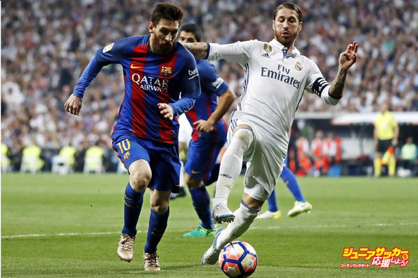 MADRID, SPAIN - APRIL 23:  Sergio Ramos of Real Madrid competes for the ball with Lionel Messi of FC Barcelona during the La Liga match between Real Madrid and FC Barcelona at Estadio Santiago Bernabeu on April 23, 2017 in Madrid, Spain.  (Photo by Angel Martinez/Real Madrid via Getty Images)