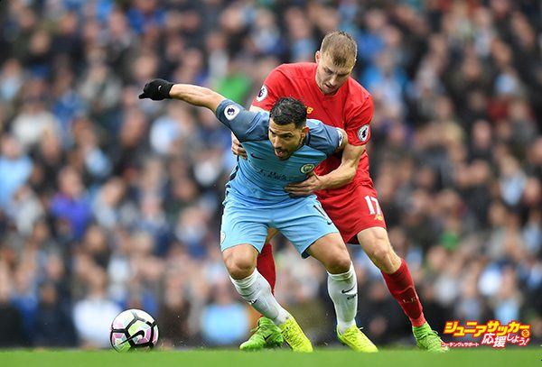 MANCHESTER, ENGLAND - MARCH 19: Sergio Aguero of Manchester City (L) and Ragnar Klavan of Liverpool (R) battle for possession during the Premier League match between Manchester City and Liverpool at Etihad Stadium on March 19, 2017 in Manchester, England.  (Photo by Michael Regan/Getty Images)