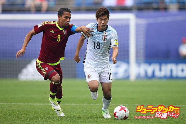 DAEJEON, SOUTH KOREA - MAY 30:  Akito Takagi of Japan holds off a challenge from Yangel Herrera of Venezuela during the FIFA U-20 World Cup Korea Republic 2017  Round of 16 match between Venezuela and Japan at Daejeon World Cup Stadium on May 30, 2017 in Daejeon, South Korea.  (Photo by Alex Livesey - FIFA/FIFA via Getty Images)