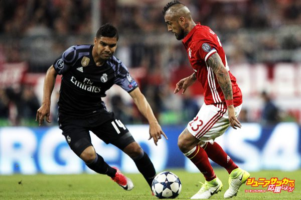 MUNICH, GERMANY - APRIL 12:  Arturo Vidal of Bayern Munich is challenged by Casemiro of Real Madrid during the UEFA Champions League Quarter Final first leg match between FC Bayern Muenchen and Real Madrid CF at Allianz Arena on April 12, 2017 in Munich, Germany.  (Photo by A. Pretty/Getty Images for FC Bayern )