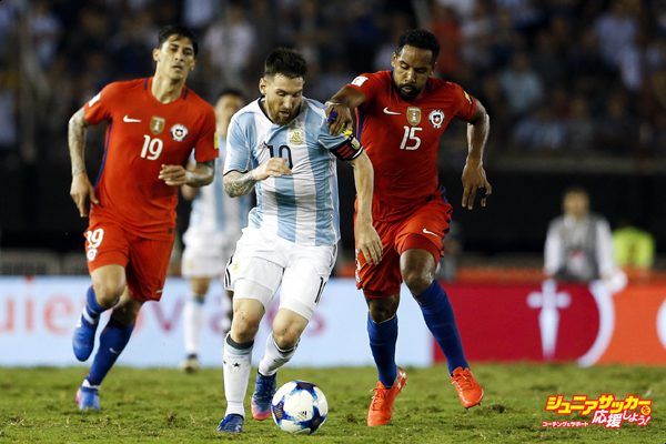 BUENOS AIRES, ARGENTINA - MARCH 23: Lionel Messi of Argentina fights for the ball with Jean Beausejour of Chile during a match between Argentina and Chile as part of FIFA 2018 World Cup Qualifiers at Monumental Stadium on March 23, 2017 in Buenos Aires, Argentina. (Photo by Gabriel Rossi/LatinContent/Getty Images)