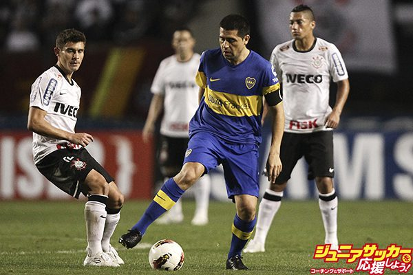 SAO PAULO, BRAZIL - JULY 04:  Juan Roman Riquelme (C) of Boca Juniors fights for the ball during the second leg of the final of the Copa Libertadores 2012 between Boca Juniors of Argentina and Corinthians of Brazil at Pacaembu Stadium on July 04, 2012 in Sao Paulo, Brazil. (Photo by Buda Mendes/LatinContent/Getty Images)