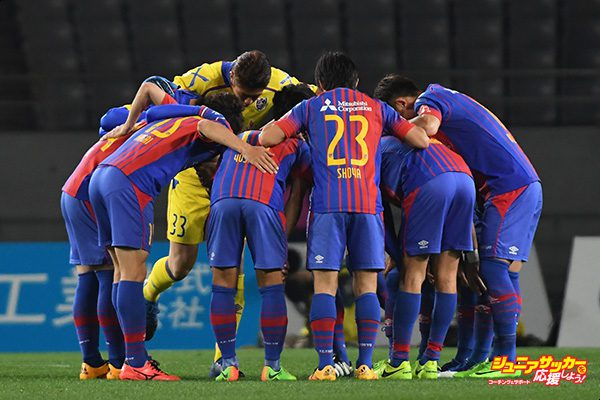 CHOFU, JAPAN - MARCH 18:  FC Tokyo huddle at the begining of the second half during the J.League J1 match between FC Tokyo and Kawasaki Frontale at Ajinomoto Stadium on March 18, 2017 in Chofu, Tokyo, Japan.  (Photo by Masashi Hara - JL/Getty Images for DAZN)