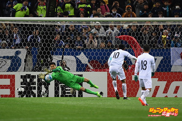 SAITAMA, JAPAN - MARCH 28:  Eiji Kawashima of Japan saves the penalty kick by Teerasil Dangda of Thailand during the 2018 FIFA World Cup Qualifier match between Japan and Thailand at Saitama Stadium on March 28, 2017 in Saitama, Japan.  (Photo by Etsuo Hara/Getty Images)
