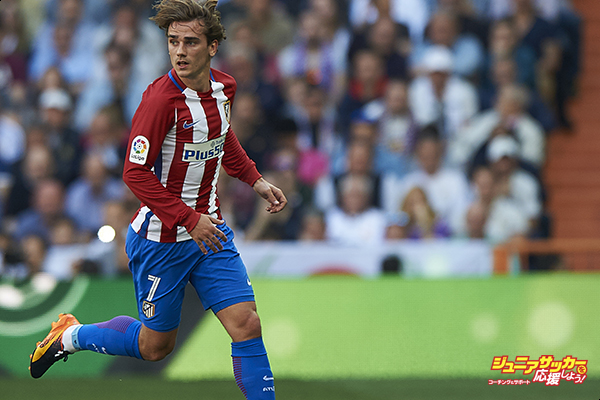 MADRID, SPAIN - APRIL 08:  Antoine Griezmann of Atletico de Madrid in action during the La Liga match between Real Madrid CF and Atletico de Madrid at Estadio Santiago Bernabeu on April 8, 2017 in Madrid, Spain.  (Photo by fotopress/Getty Images)