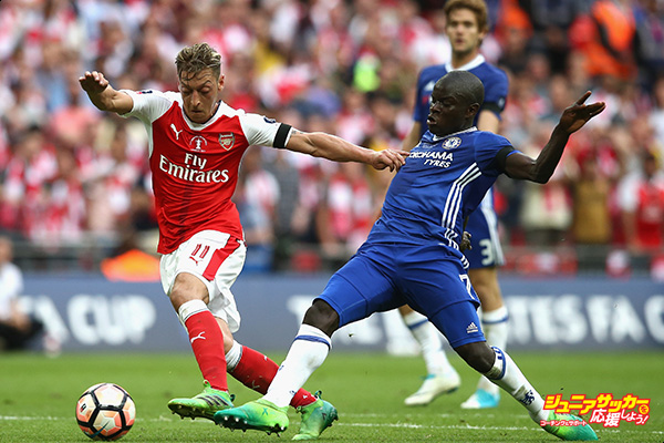 LONDON, ENGLAND - MAY 27: Mesut Oezil of Arsenal attempts to get away from N'Golo Kante of Chelsea during the Emirates FA Cup Final between Arsenal and Chelsea at Wembley Stadium on May 27, 2017 in London, England.  (Photo by Jan Kruger - The FA/The FA via Getty Images)