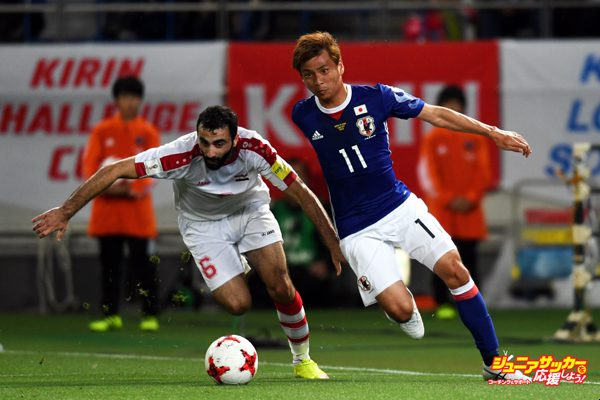 CHOFU, JAPAN - JUNE 07:  Amro Jeniat (L) of Syria and Takashi Inui of Japan compete for the ball during the international friendly match between Japan and Syria at Tokyo Stadium on June 7, 2017 in Chofu, Tokyo, Japan.  (Photo by Etsuo Hara/Getty Images)