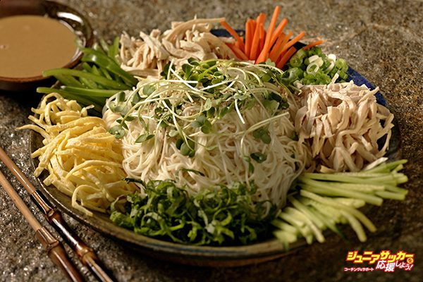 Somen on Ice: Cold Somen Noodles with Chicken and Julienned Vegetables shot in the Los Angeles Times studio, June 18, 2009.  (Photo by Ricardo DeAratanha/Los Angeles Times via Getty Images)