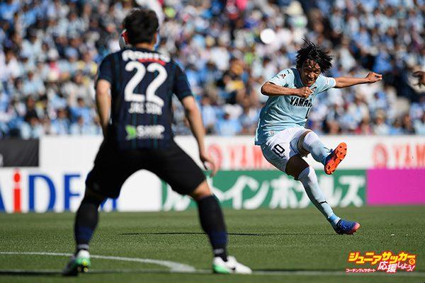 IWATA, JAPAN - JUNE 04: Shunsuke Nakamura of Jubilo Iwata takes a free kick during the J.League J1 match between Jubilo Iwata and Gamba Osaka at Yamaha Stadium on June 4, 2017 in Iwata, Shizuoka, Japan.  (Photo by Masahiro Ura/Getty Images for DAZN)