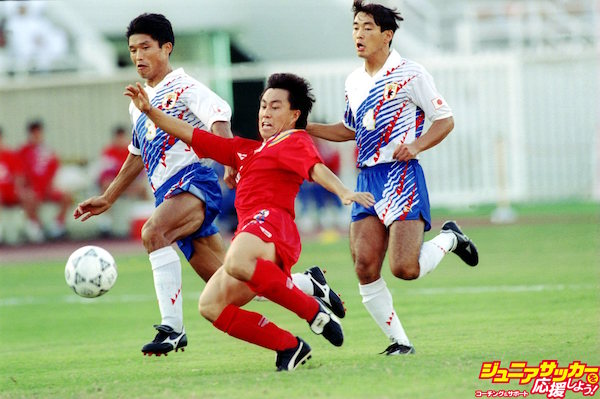 OCT 1993:  JUNG YOON NOH OF SOUTH KOREA CHALLENGES FOR THE BALL WITH TOSHINOBU KATSUYA AND TAKUMI HORIIKE OF JAPAN DURING THE ASIAN WORLD CUP QUALIFIERS.  Mandatory Credit: Shaun Botterill/ALLSPORT
