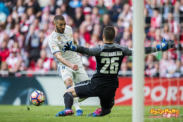 BILBAO, SPAIN - MARCH 18:  Karim Benzema of Real Madrid competes for the ball with Kepa Arrizabalaga of Athletic Club during the La Liga match between Athletic Club Bilbao and Real Madrid at San Mames Stadium on on March 18, 2017 in Bilbao, Spain.  (Photo by Juan Manuel Serrano Arce/Getty Images)