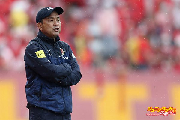 NAGOYA, JAPAN - APRIL 08:  Head coach Yahiro Kazama of Nagoya Grampus looks on during the J.League J2 match between Nagoya Grampus and Kamatamare Sanuki at Paroma Mizuho Stadium on April 8, 2017 in Nagoya, Aichi, Japan.  (Photo by Koji Watanabe - JL/Getty Images for DAZN)