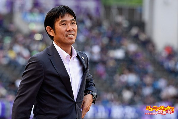 HIROSHIMA, JAPAN - JUNE 25:  Head coach Hajime Moriyasu of Sanfrecce Hiroshima looks on prior to the J.League J1 match between Sanfrecce Hiroshima and Omiya Ardija at Edion Stadium on June 25, 2017 in Hiroshima, Japan.  (Photo by Takashi Aoyama - JL/Getty Images for DAZN)