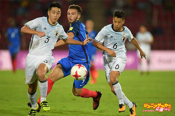 GUWAHATI, INDIA - OCTOBER 11:  Amine Gouiri of France and Hinata Kida of Japan battle for the ball during the FIFA U-17 World Cup India 2017 group E match between France and Japan at Indira Gandhi Athletic Stadium on October 11, 2017 in Guwahati, India.  (Photo by Tom Dulat - FIFA/FIFA via Getty Images)