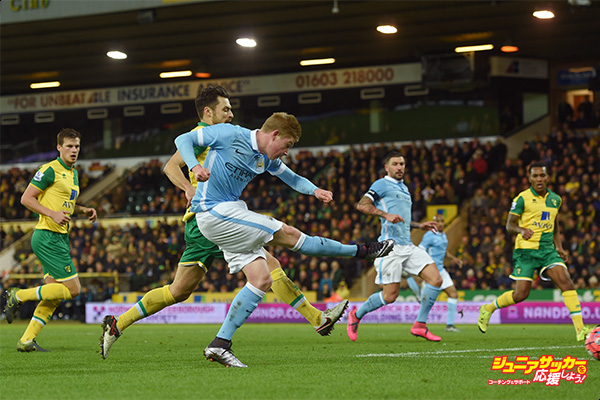 NORWICH, ENGLAND - JANUARY 09: Kevin de Bruyne of Manchester City scores his team's third goal during the Emirates FA Cup third round match between Norwich City and Manchester City at Carrow Road on January 9, 2016 in Norwich, England.  (Photo by Michael Regan/Getty Images)