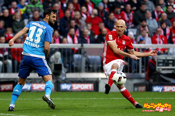 MUNICH, GERMANY - FEBRUARY 25: Arjen Robben (C) of Muenchen scores the 8th goal during the Bundesliga match between Bayern Muenchen and Hamburger SV at Allianz Arena on February 25, 2017 in Munich, Germany.  (Photo by Lars Baron/Bongarts/Getty Images)