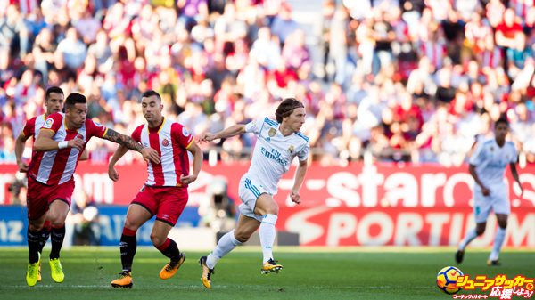 GIRONA, SPAIN - OCTOBER 29:  Luka Modric of Real Madrid CF conducts the ball past Francisco Aday and Borja Garcia of Girona FC during the La Liga match between Girona and Real Madrid at Estadi de Montilivi on October 29, 2017 in Girona, Spain.  (Photo by Alex Caparros/Getty Images)