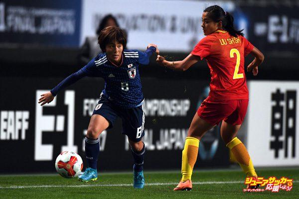 CHIBA, JAPAN - DECEMBER 11:  Mana Iwabuchi of Japan and Liu Shanshan of China compete for the ball during the EAFF E-1 Women's Football Championship between Japan and China at Fukuda Denshi Arena on December 11, 2017 in Chiba, Japan.  (Photo by Masashi Hara/Getty Images)