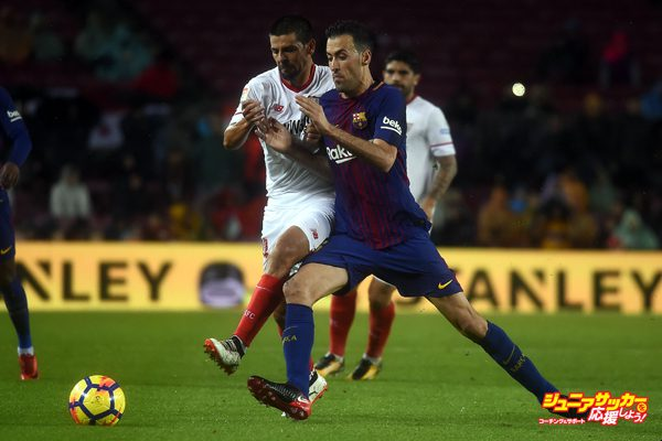 BARCELONA, SPAIN - NOVEMBER 04: Sergio Busquets (R) of FC Barcelona in action against Ever Banega (L) of Sevilla FC during the Spanish league (La Liga) football match between FC Barcelona and Sevilla FC at the Camp Nou in Barcelona, Spain on November 04, 2017. (Photo by Lola Bou/Anadolu Agency/Getty Images)