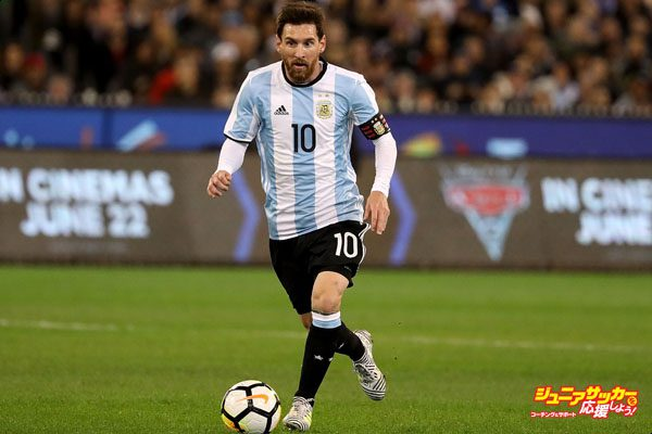 MELBOURNE, AUSTRALIA - JUNE 09:  Lionel Messi of Argentina runs with the ball during the Brazil Global Tour match between Brazil and Argentina at Melbourne Cricket Ground on June 9, 2017 in Melbourne, Australia.  (Photo by Robert Cianflone/Getty Images)