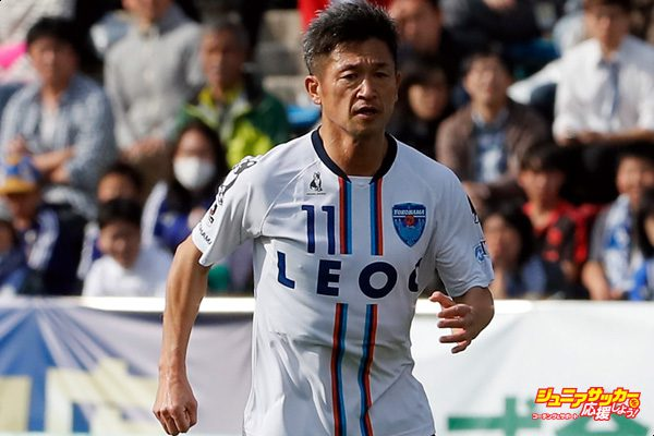MACHIDA, JAPAN - APRIL 15:  Kazuyoshi Miura (C) of Yokohama FC in action during the J.League J2 match between Machida Zelvia and Yokohama FC at Machida Athletic Stadium on April 15, 2017 in Machida, Tokyo, Japan.  (Photo by Ken Ishii - JL/Getty Images for DAZN)