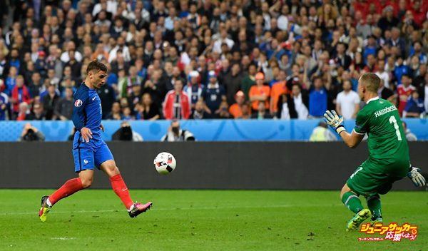 PARIS, FRANCE - JULY 03:  Antoine Griezmann (L) of France scores his team's fourth goal past Hannes Halldorsson (R) of Iceland during the UEFA EURO 2016 quarter final match between France and Iceland at Stade de France on July 3, 2016 in Paris, France.  (Photo by Mike Hewitt/Getty Images)