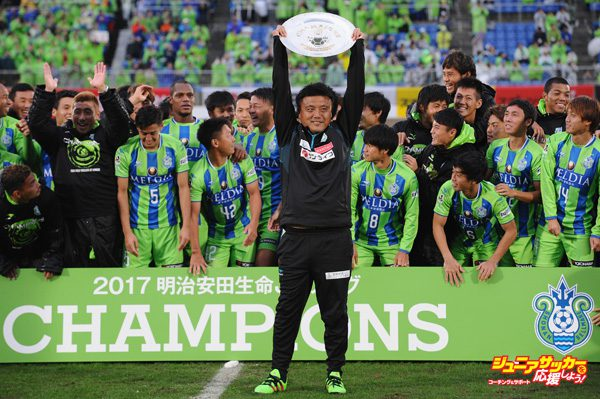 HIRATSUKA, JAPAN - OCTOBER 29:  Head coach Cho Kwi Jae of Shonan Bellmare lifts the trophy as they celerbrate J2 champions and promotion to J1 after the J.League J2 match between Shonan Bellmare and Fagiano Okayama at BMW Stadium Hiratsuka on October 29, 2017 in Hiratsuka, Kanagawa, Japan.  (Photo by Matt Roberts - JL/Getty Images for DAZN)