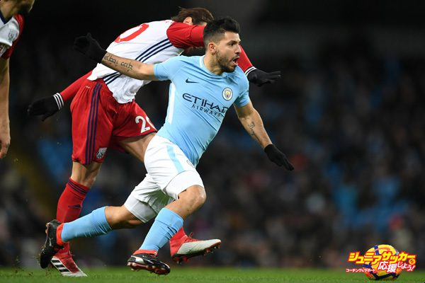 MANCHESTER, ENGLAND - JANUARY 31:  Grzegorz Krychowiak of West Bromwich Albion tackles Sergio Aguero of Manchester City during the Premier League match between Manchester City and West Bromwich Albion at Etihad Stadium on January 31, 2018 in Manchester, England.  (Photo by Laurence Griffiths/Getty Images)