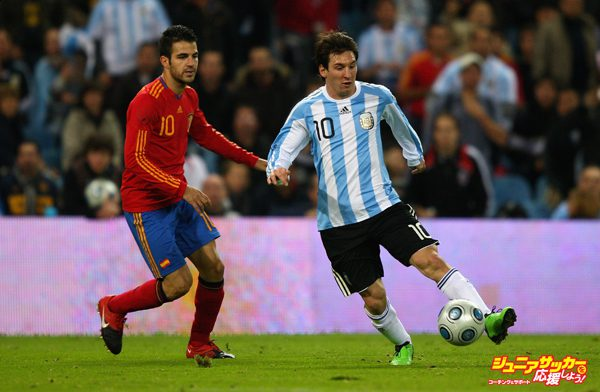 MADRID, SPAIN - NOVEMBER 14:  Lionel Messi of Argentina attempts to move away from Cesc Fabregas of Spain during the friendly International football match Spain against Argentina at the Vicente Calderon stadium in Madrid, on November 14, 2009 in Madrid, Spain.  (Photo by Clive Brunskill/Getty Images)