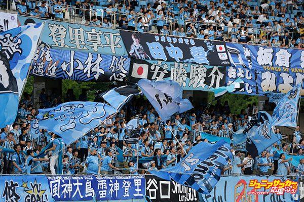 KAWASAKI, JAPAN - JULY 05:  Kawasaki Frontale supporters cheer prior to the J.League J1 match between Kawasaki Frontale and Urawa Redi Diamonds at Todoroki Stadium on July 5, 2017 in Kawasaki, Kanagawa, Japan.  (Photo by Kiyoshi Ota - JL/Getty Images for DAZN)
