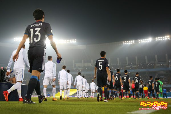 KOLKATA, INDIA - OCTOBER 17: Players of England and Japan enter to the field ahead the FIFA U-17 World Cup India 2017 Round of 16 match between England and Japan at Vivekananda Yuba Bharati Krirangan on October 17, 2017 in Kolkata, India. (Photo by Buda Mendes - FIFA/FIFA via Getty Images)