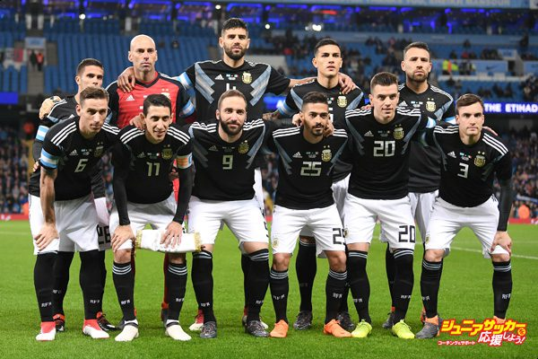 MANCHESTER, ENGLAND - MARCH 23:  The Argentina team line up prior to the International friendly match between Italy and Argentina at Etihad Stadium on March 23, 2018 in Manchester, England.  (Photo by Laurence Griffiths/Getty Images)