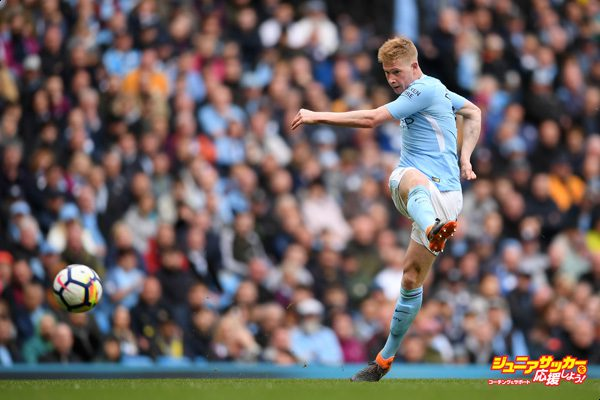 MANCHESTER, ENGLAND - APRIL 22:  Kevin De Bruyne of Manchester City shoots and scores his side's third goal during the Premier League match between Manchester City and Swansea City at Etihad Stadium on April 22, 2018 in Manchester, England.  (Photo by Laurence Griffiths/Getty Images)